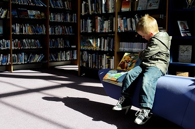 Kind in der Bibliothek; PublicDomainPictures
